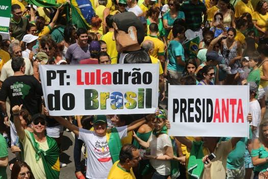Manifestantes con pancartas en Belo Horizonte. Foto: EFE