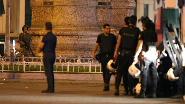 La policía y los militares turcos se enfrentaron en las calles