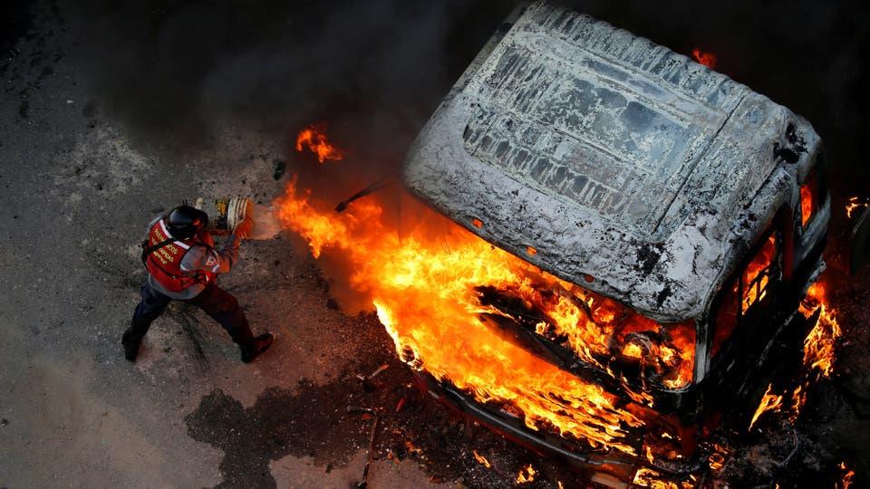 Varios vehículos fueron incendiados. Foto: Reuters / Carlos García Rawlins