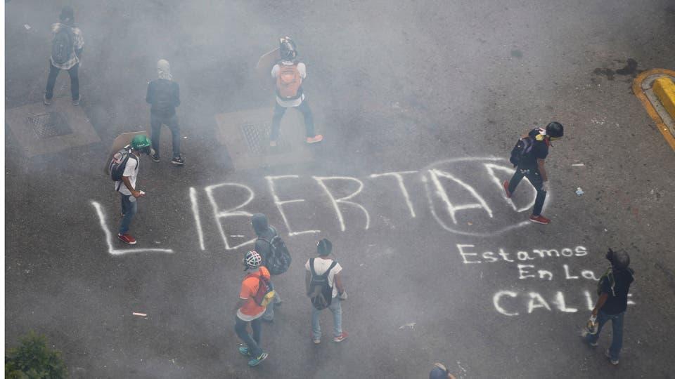 Un cartel en medio de la calle reclama Libertad. Foto: Reuters / Christian Veron