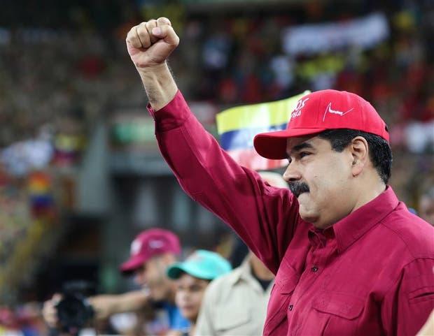Maduro saluda a la multitud en un acto en el Poliedro de Caracas