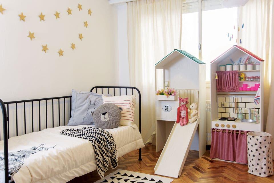 La cama de hierro ($4.900) es de ByLele, la marca que creó la arquitecta y dueña de casa celeste de Pilippi. Acolchado Bunny en panamá estampado con serigrafía ($1.375), almohadones Conejo, bordado a mano ($1.900), Mr. Kuma, tejido a crochet ($1.700), Rayas ($775).  /Pompi Gutnisky