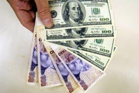 Los valores del dólar oficial y blue mantienen sus valores