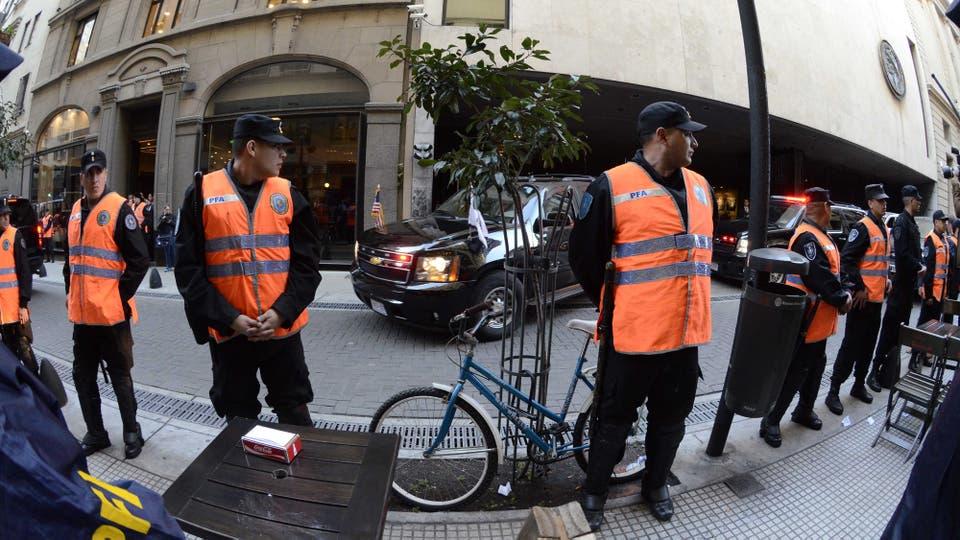 El operativo de seguridad en la salida de la Bolsa de Comercio por la visita del Vicepresidente de EE.UU. Foto: DyN / Javier Brusco