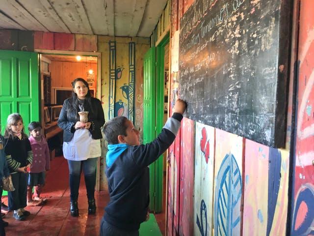 Tras saludar a la bandera, Yamila Suárez, maestra de 1° y 4°, repasa con los alumnos los Derechos del Niño antes de pasar a las aulas