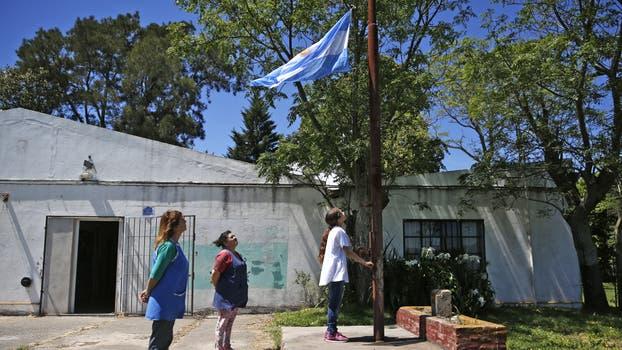 Camila iza la bandera en la escuela rural Nº 20. Foto: LA NACION / Silvana Colombo