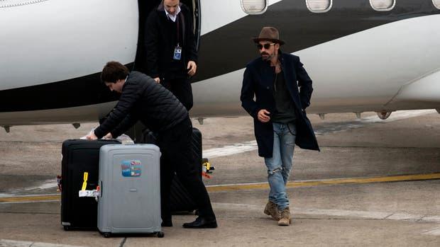 Pocho Lavezzi arribo esta mañana al aeropuerto de Rosario para participar de la boda de Messi pasado mañana.