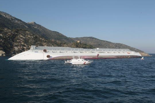 El barco tenía a bordo 4231 personas; muchos estaban cenando cuando encalló el buque; algunos saltaron al agua helada. Foto: AP