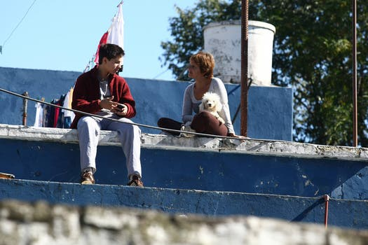Varias personas esperan en los techos de sus casa que baje el agua. Foto: LA NACION / Ricardo Pristupluk