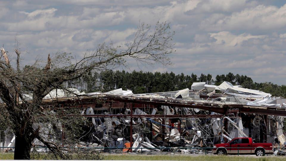 Un negocio de venta de autos quedó totalmente destruido. Foto: Reuters / Brandon Wade