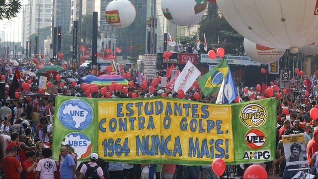 Unas 140000 personas marchan por las calles en apoyo a Dilma y Lula