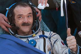 El astronauta Chris Hadfield, de Canadá, saluda luego de aterrizar