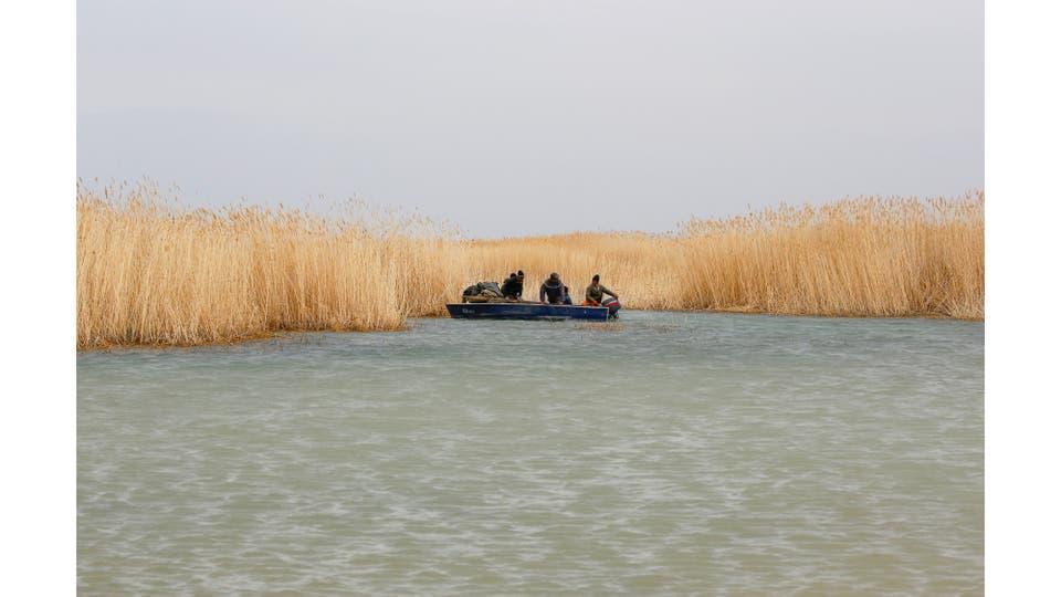 Akespe, hogar de unas 250 personas, y Karateren, habitado por unos 150, solía ser dominado por pescadores hasta que el agua retrocedió demasiado lejos - pero ahora está de vuelta en Karateren