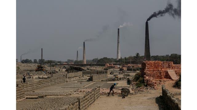 Hornos de ladrillo a lo largo del río Ganges en Raytala, al sur de Kolkata