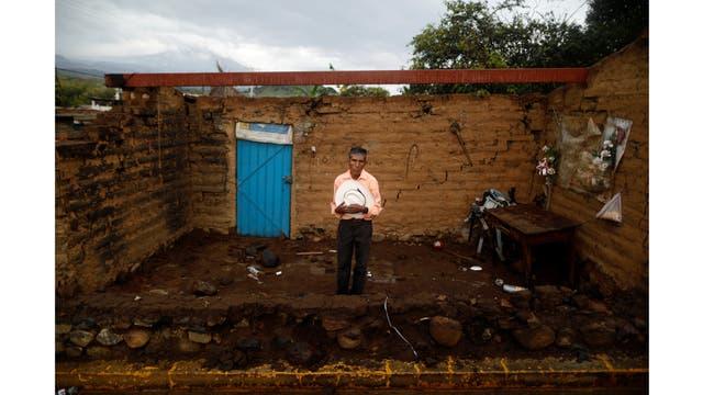 Prudencio Gutiérrez, de 66 años, trabajador agrícola delante de su casa en San Francisco Xochiteopan