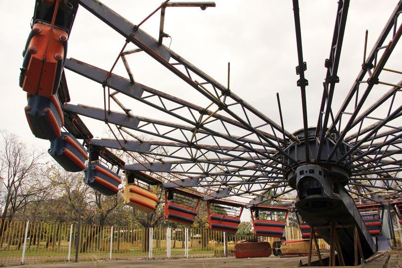 Peligro: la gran estructura del Enterprise II está sostenida por caballetes sobre un pozo y el enrejado roto, al alcance de niños. Foto: LA NACION / Mauricio Giambartolomei