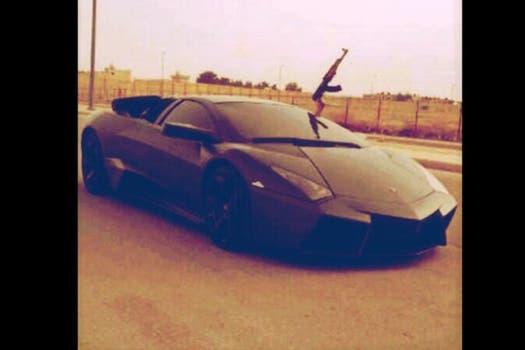 Un rifle Ak-47 se asoma de un Lamborghini Reventon, valorado en más de un millón de dólares. Fotografía tomada de la cuenta @comandante57_, usada por un presunto jefe de sicarios del cartel de Sinaloa.. Foto: @comandante57_