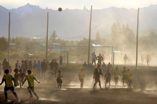 """Claudio Ñancufil, a quien apodaron """"el Messi de la nieve"""", se destaca en Bariloche por su habilidad con la pelota. Foto: LA NACION / Alfredo Leiva"""