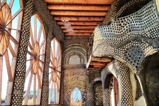 Cientos de botellas se utilizan para construir las Nave Tierra y, además, como elemento decorativo. Foto: LA NACION / Gentileza fundación Michael Reynolds