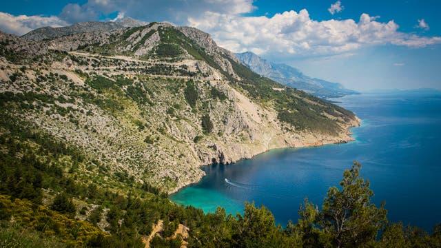 Una de las postales del camino costero entre Split y Dubrovnik donde se encuentran muchos pueblos que dan al mar. El color azulado del Adriático se mezcla con el verde de las montañas