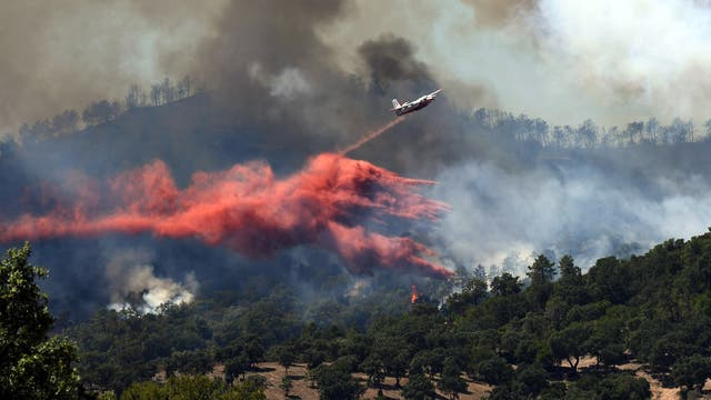 Un avión de Canadáir contra incendios tira retardante de fuego sobre un incendio cerca de Bormes-les-Mimosas, sureste de Francia,
