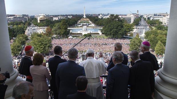 Francisco saludó a la multitud desde los balcones del Capitolio rodeado por miembros del Congreso norteamericano