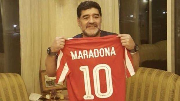 Diego Maradona, con la camiseta de su nuevo equipo