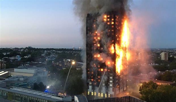 Los bomberos intentaban ayer sofocar las llamas del incendio en el edificio de Londres