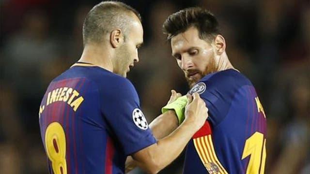 Andrés Iniesta le da la cinta de capitán a Messi: ¿los colores? la bandera de Cataluña
