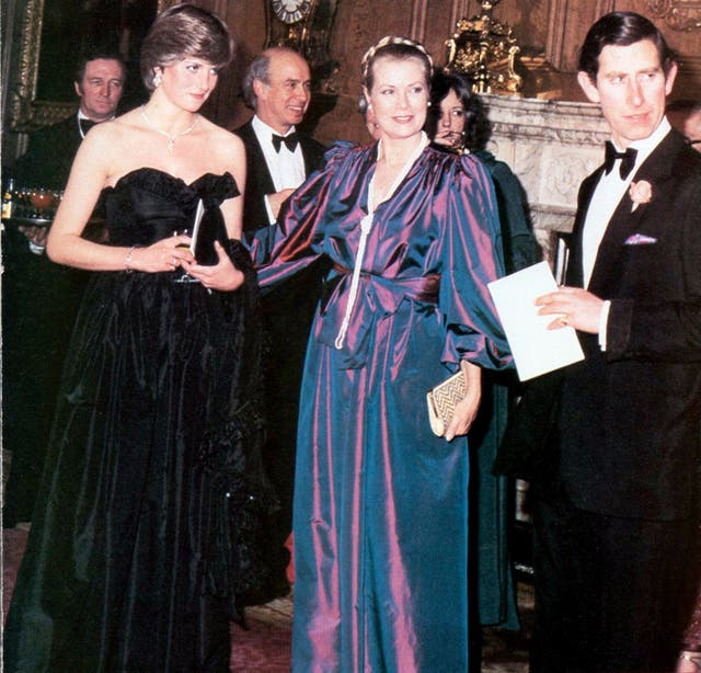 En su primera aparición oficial, arriesgándose al negro, con la princesa Grace de Mónaco.