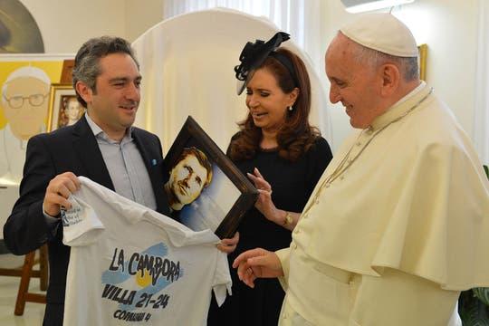 """El diputado Andrés """"El Cuervo"""" Larroque le regaló al Papa una remera de La Cámpora. Foto: Presidencia"""
