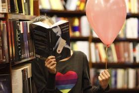 Una lectora lee en El Ateneo unos párrafos de la novela