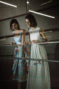 Falda midi y crop top de shantung estampados (Mila Kartei) y vestido en cloqué con rebrodé en cintas de seda (Adrián Brown).. Foto: Lobo Velar