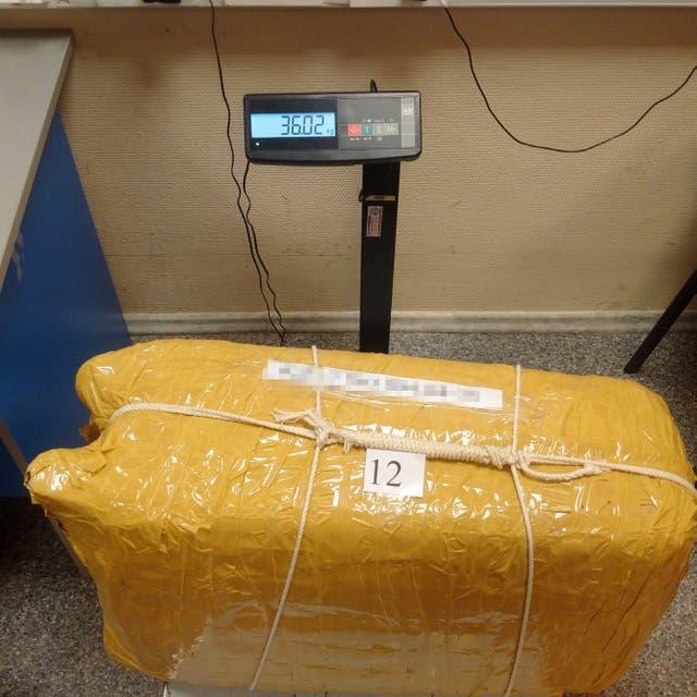 Tras reemplazar la droga por harina, se volvieron a cerrar las valijas y se las embaló para ser enviadas a Rusia con un rastreador GPS en su interior