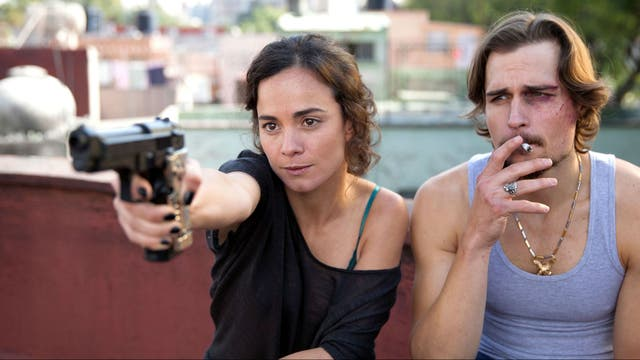 Alice Braga, de armas tomar en Queen of the South