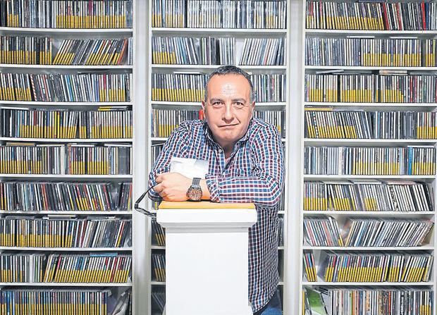 Osky Martínez en su lugar en el mundo, rodeado de discos