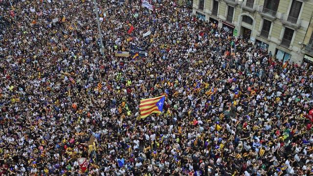 Miles de personas se acercan a la plaza de la Universitat en Barcelona durante la huelga general. Foto: AFP / Pierre-Philippe Marcou