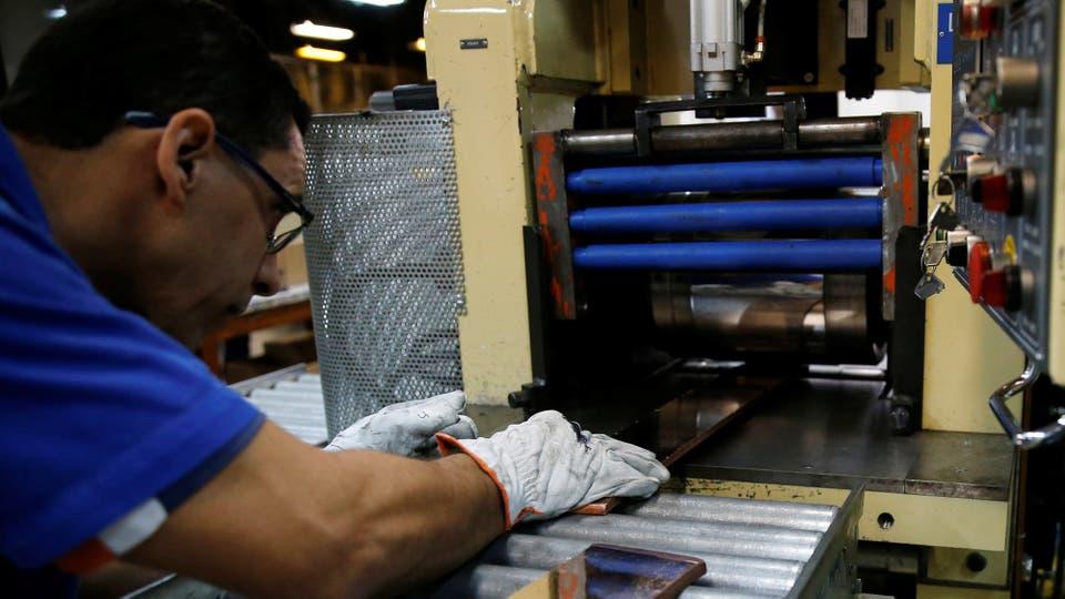 Las medallas son de oro, plata y bronce reciclado. El proceso comienza poniendo las placas de metal en una alisadora. Foto: Reuters / Sergio Moraes