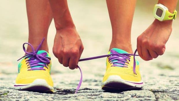La forma de los pies y el tipo de pisada no sólo son importantes a la hora de comprar las zapatillas deportivas, también condicionan la forma de atarse los cordones.