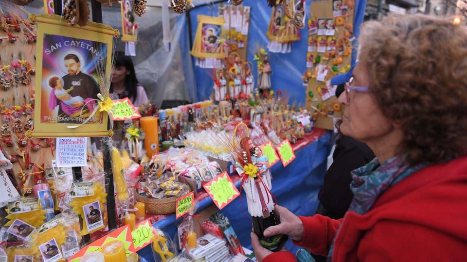 Una mujer compra ofrendas frente a la iglesia. Foto: Télam