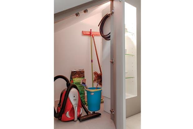 Junto a la vitrina, el espacio perfecto para guardar los escobillones, palas, alimento para las mascotas y electrodomésticos que tan mal quedan a la vista..