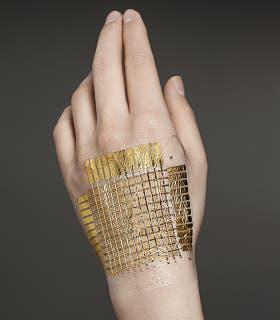 La piel electrónica es tan delgada y flexible que no se detecta una vez adherida