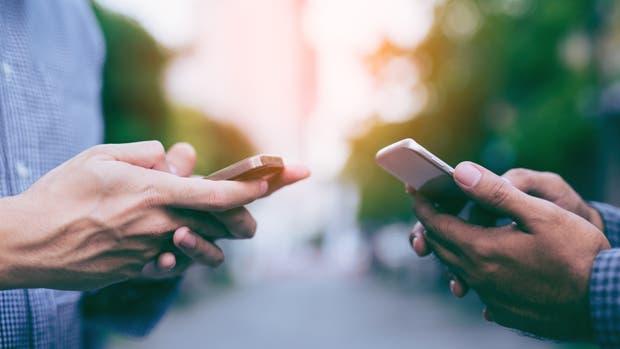 Cuello de Whatsapp, o cuello de texto, es una dolencia asociada al uso del teléfono