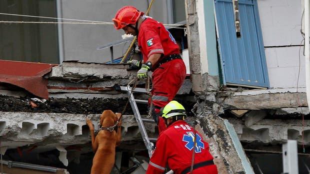 Un equipo de rescate busca sobrevivientes entre los escombros, ayer, en la capital