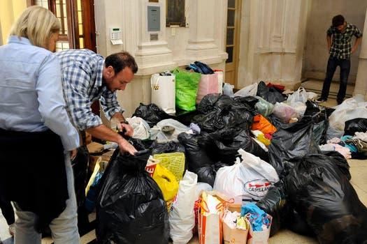 En varios puntos de la ciudad de Rosario se reciben donaciones para enviar a La Plata. Foto: LA NACION / Marcelo Manera