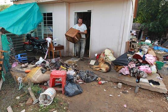 Un hombre intenta rescatar algo de sus pertenencias. Foto: LA NACION / Fabián Marelli