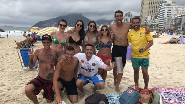 Jóvenes argentinos de La Plata y Rosario en la playa de Ipanema