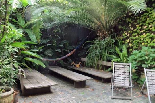 Jardines frondosos y arquitectura francesa en el medio de Montevideo. Foto: Gentileza Airbnb
