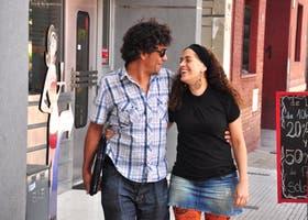 Emilse Ares, productora, y Emilio Chávez, iluminador, en la puerta de América
