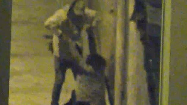 El taxista le lanzó un ladrillo en la cabeza al hombre que estaba agrediendo a su pareja en medio de la calle